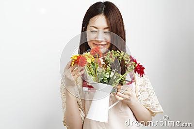 Mujeres que cultivan un huerto