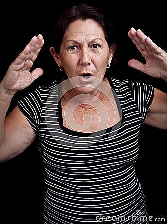 Mulher adulta que grita