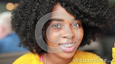 Mulher africana que sorri em um café vídeos de arquivo