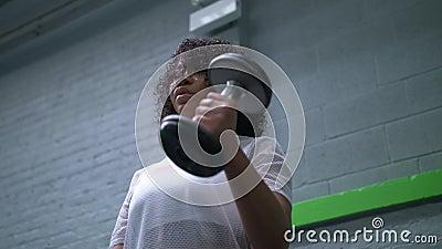 Mulher afro-americano que trabalha com pesos no gym video estoque