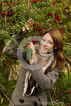 Mulher alegre ao ar livre