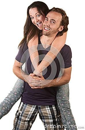 Mulher alegre que salta no marido