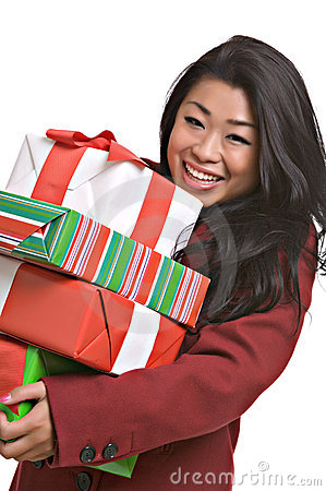 A mulher asiática bonita carreg presentes do Natal