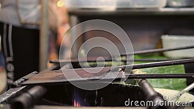 Mulher asiática que cozinha a sobremesa verde Roti Saimai das panquecas no mercado de Nigth do alimento da rua em Banguecoque, Ta vídeos de arquivo