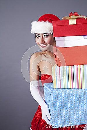 Mulher asiática em presentes carreg do Natal