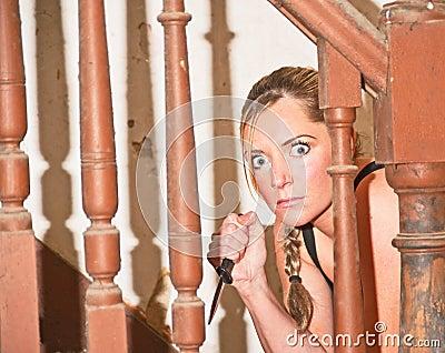 Mulher assassino com punhal.