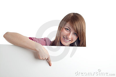 Mulher atrativa que aponta o sinal em branco. Sorriso.