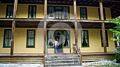 A mulher bate na porta da HOME histórica velha