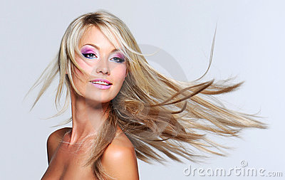 Mulher bonita com cabelo reto longo