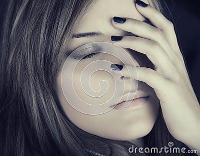 Mulher bonita com pregos azuis