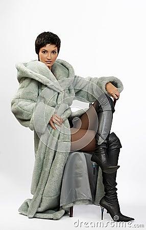 Mulher bonita em um casaco de pele