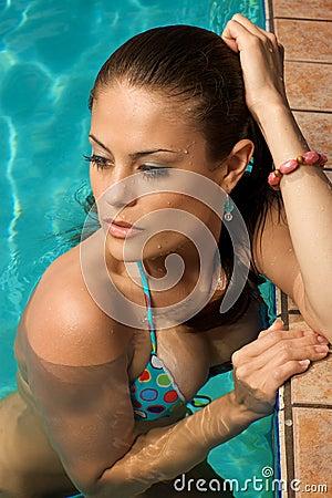 Mulher bonita em uma piscina.