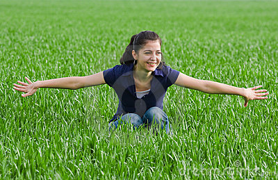 Mulher bonita no grassfield