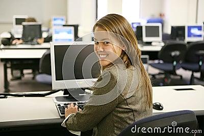 Mulher bonita no laboratório do computador