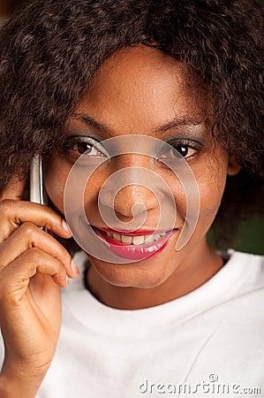 Mulher bonita no telefone celular