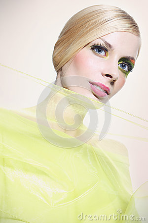 Mulher bonita no verde