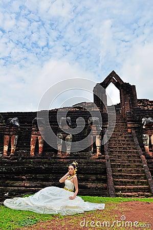 Mulher bonita no vestido tradicional tailandês