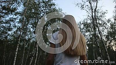 Mulher bonita que anda através do bosque do vidoeiro vídeos de arquivo