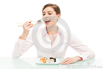 Mulher bonita que come o sushi