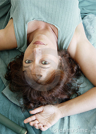 Mulher bonita que encontra-se upside-down