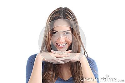 Mulher bonita que olha com um olhar penetrante