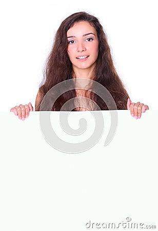 Mulher bonita que prende a placa branca vazia