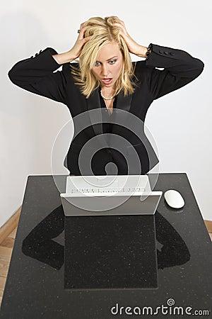 Mulher bonita que tem problemas do computador