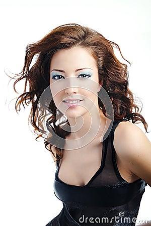 Mulher bonito com penteado curly do bloun