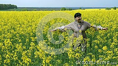 Mulher-campon?s superior bonito atrativo, no vestido r?stico, relaxando e andando no campo de floresc?ncia filme