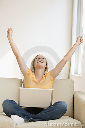 Mulher Cheering com portátil