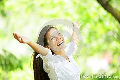 Mulher cheering exaltada despreocupada na mola ou no verão