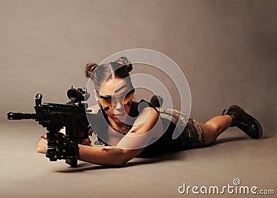Mulher com arma.