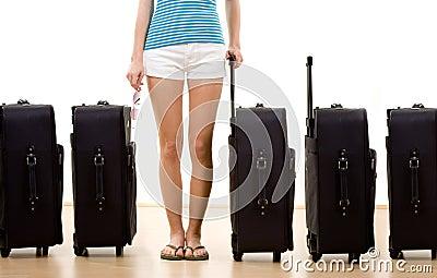 Mulher com cinco malas de viagem