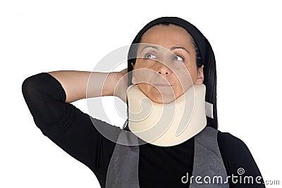 Mulher com colar cervical