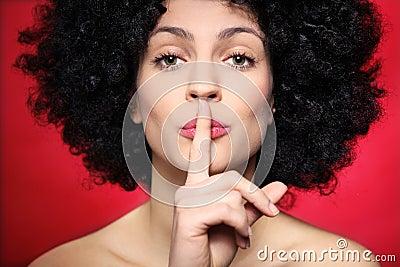 Mulher com gesto de factura afro do silêncio