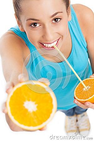 Mulher com laranja e palha