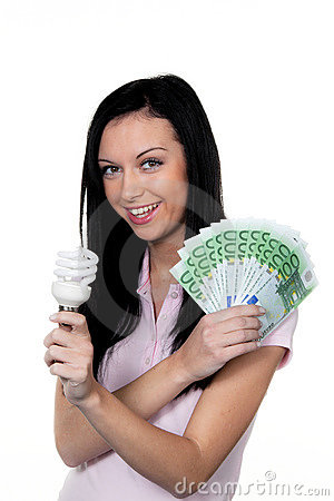 Mulher com lâmpada da economia de energia. Lâmpada da energia