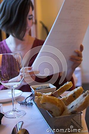 Mulher com menu