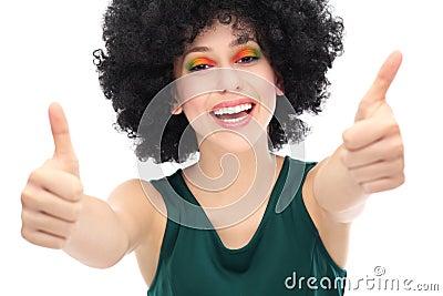 Mulher com o afro que mostra os polegares acima