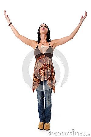 Mulher com os braços levantados