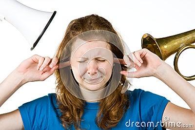 Mulher com os dedos nas orelhas