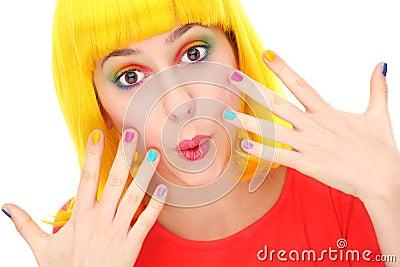 Mulher com os pregos brilhantemente coloridos
