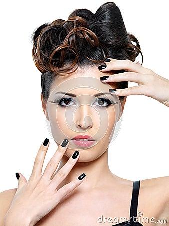 Mulher com os pregos modernos do penteado e do preto