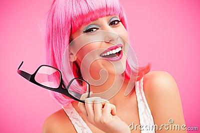 Mulher com peruca e vidros cor-de-rosa