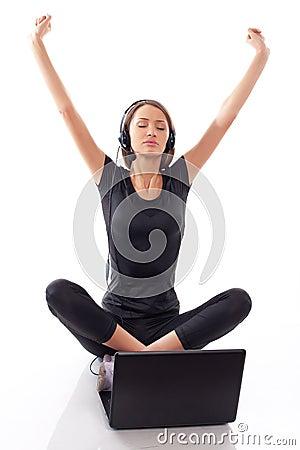 Mulher com portátil em um branco