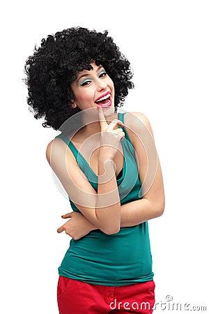 Mulher com riso afro preto da peruca