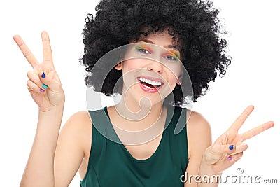 Mulher com sinal de paz mostrando afro