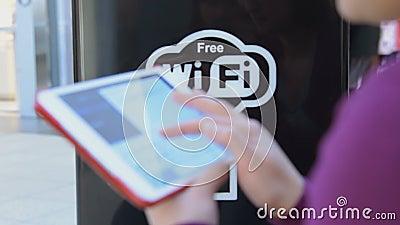 Mulher com a tabuleta digital na área livre de Wi-Fi vídeos de arquivo