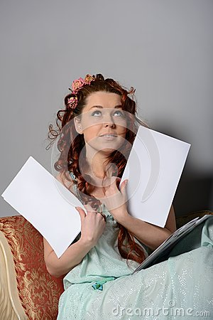 A mulher com uma folha vazia olha acima