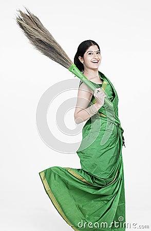 Mulher com uma vassoura arrebatadora